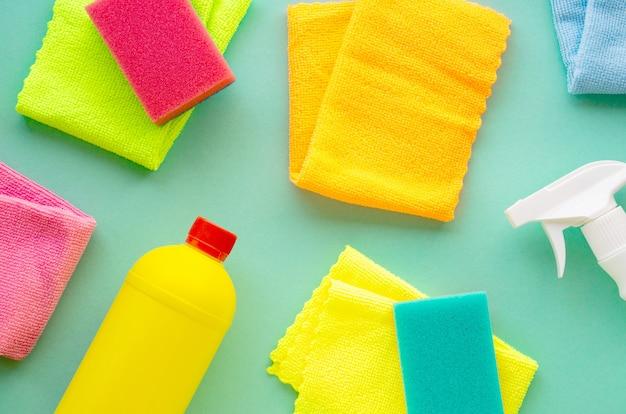 Varios productos de limpieza y artículos sobre un fondo de color