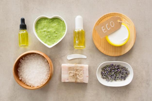 Varios productos planos para el cuidado de la piel.
