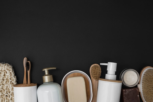 Varios productos de spa en el fondo de fondo negro.