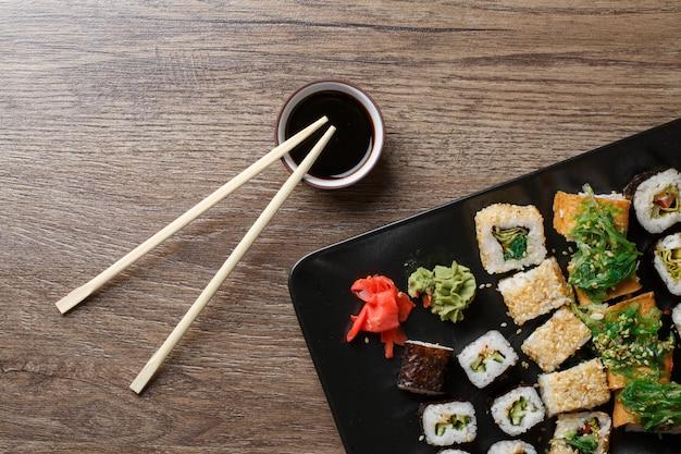 Varios de rollos de sushi