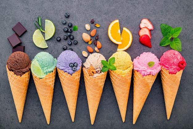 Varios de sabor de helado en conos establecidos