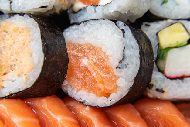 Varios sushi en el plato sobre la mesa - detalle
