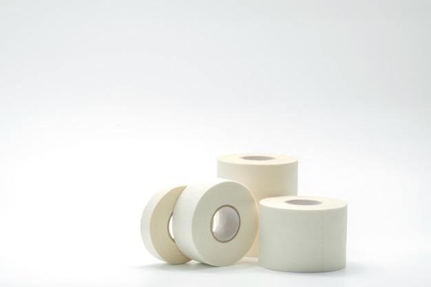 Varios tamaños de colección de cintas de vendaje deportivo sobre fondo blanco.