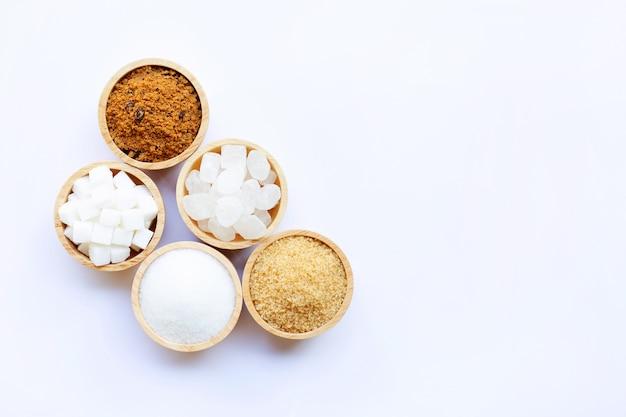 Varios tipos de azúcar en blanco.