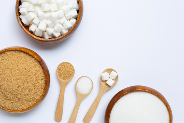 Varios tipos de azúcar en blanco