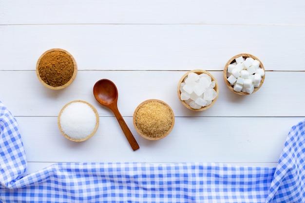Varios tipos de azúcar en el fondo de madera.