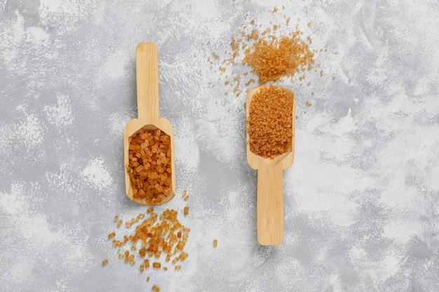 Varios tipos de azúcar moreno en concreto, vista superior
