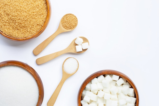 Varios tipos de azúcar sobre fondo blanco.
