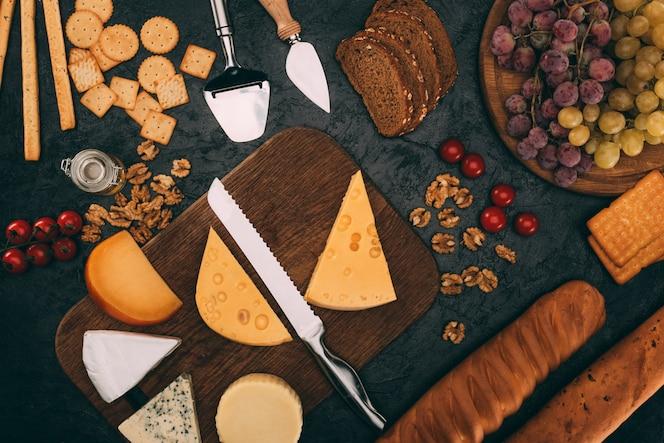 Varios tipos de queso, pan y uvas