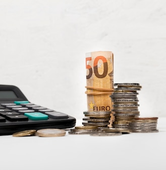 Varios tipos de dinero y calculadora.