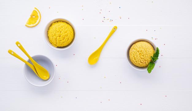 Varios tipos de helado con sabor a limón y naranja.
