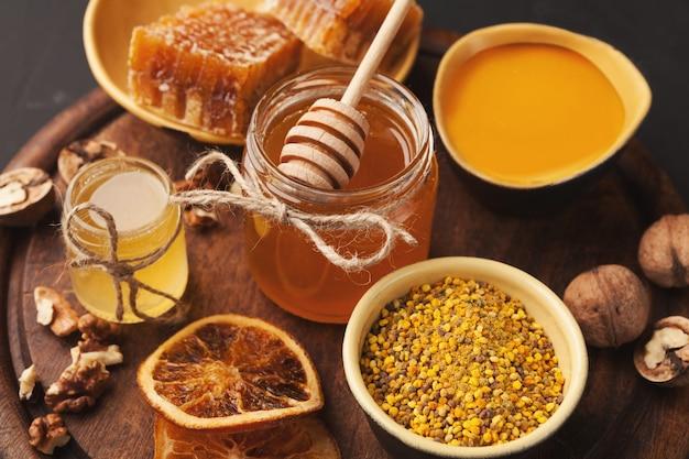 Varios tipos de miel en bandeja de madera.