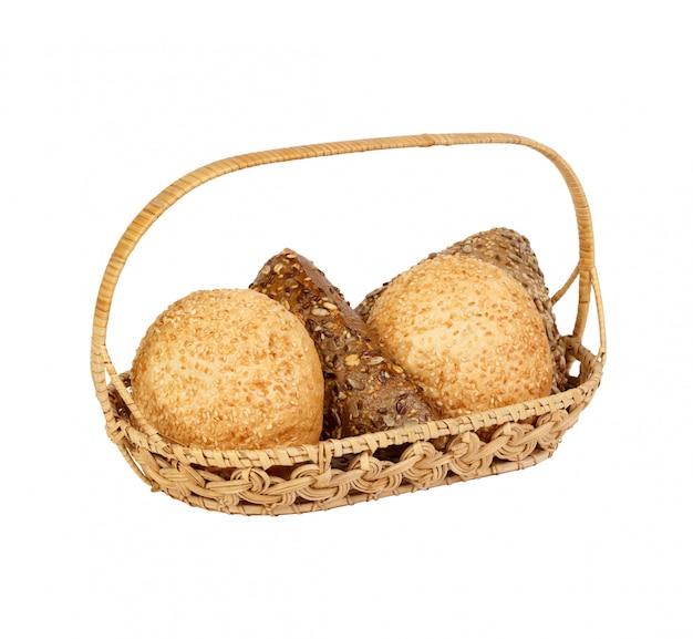 Varios tipos de pan en una canasta