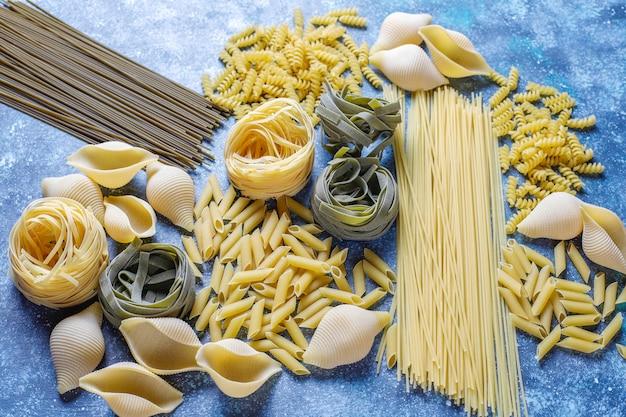 Varios tipos de pasta sin cocer.