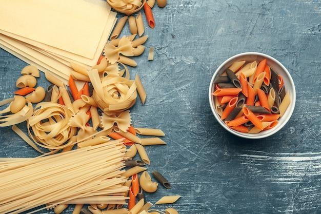 Varios tipos de pasta italiana cruda