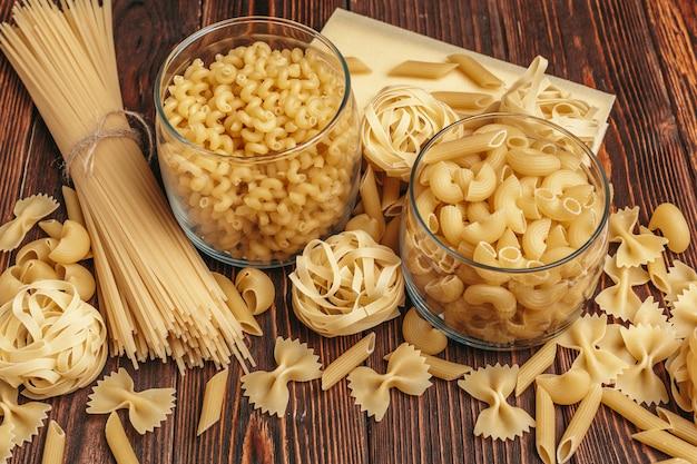 Varios tipos de pasta italiana en el fondo rústico