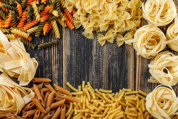 Varios tipos de pasta en mesa de madera