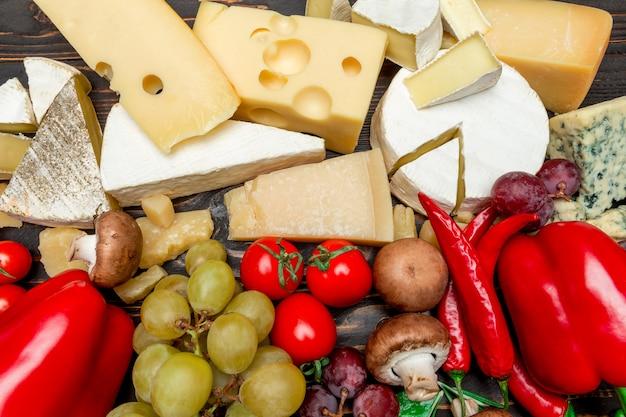 Varios tipos de queso: brie, camembert, roquefort y cheddar