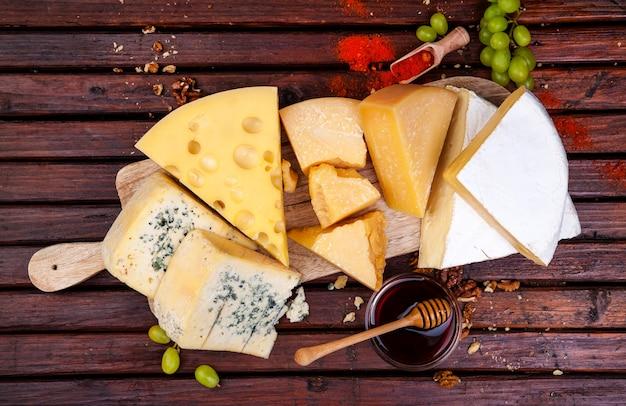 Varios tipos de queso con miel, nueces y especias.