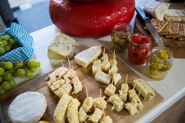 Varios tipos de queso en mostrador.
