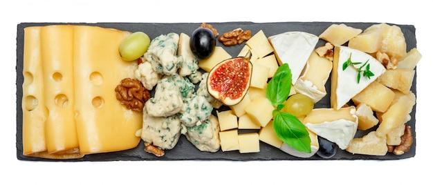 Varios tipos de queso sobre tabla de piedra.