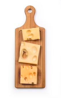 Varios tipos de queso sobre tablero de madera aislado