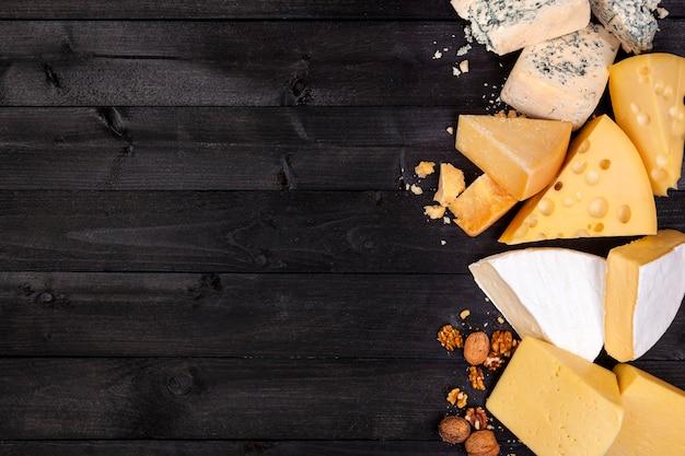 Varios tipos de queso. vista superior. copia espacio