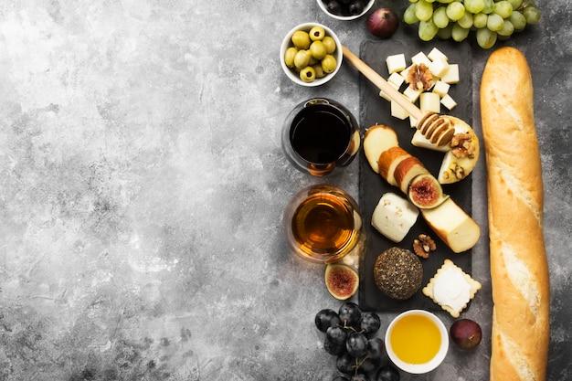 Varios tipos de quesos, higos, nueces, miel, uvas, pan.