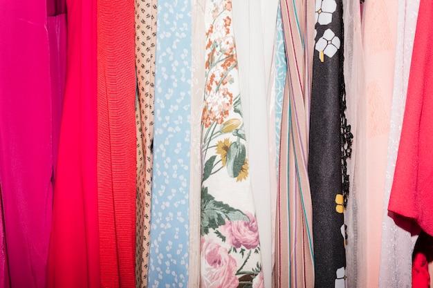 Varios tipos de ropa en la tienda de ropa.