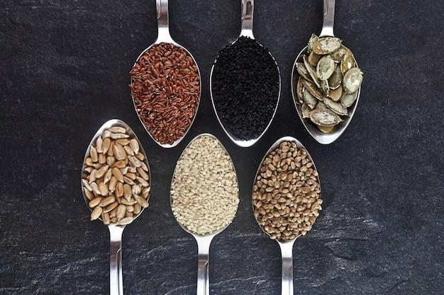 Varios tipos de semillas en cucharas