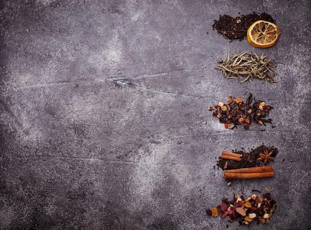 Varios tipos de té seco. enfoque selectivo