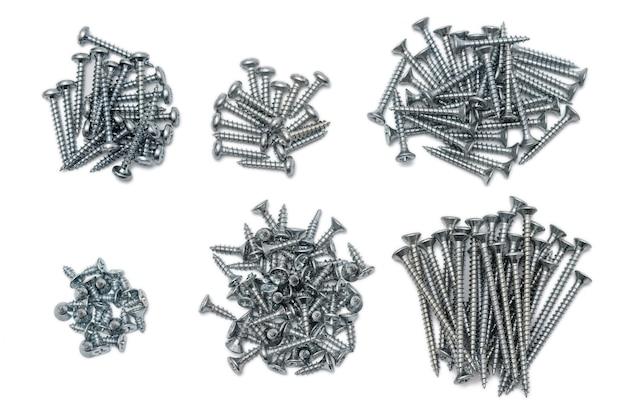 Varios tipos de tornillos autorroscantes, de cortos a largos, clasificados en seis pilas aisladas en blanco