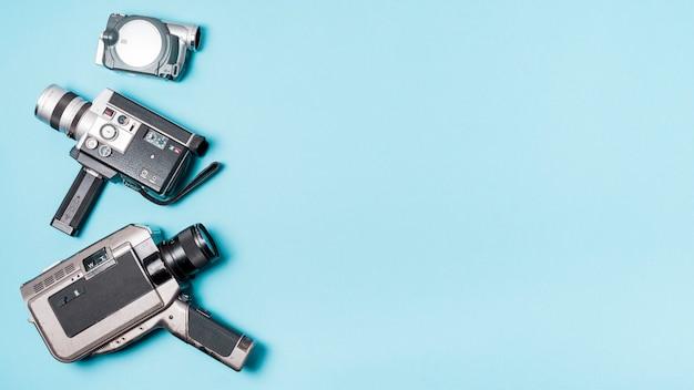 Varios tipos de videocámaras sobre fondo azul