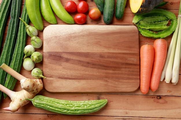 Varios vegetales, especias e ingredientes.