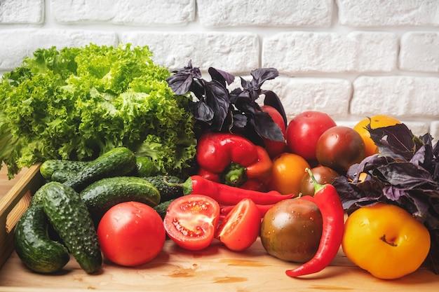Varios vegetales y hojas de ensalada.