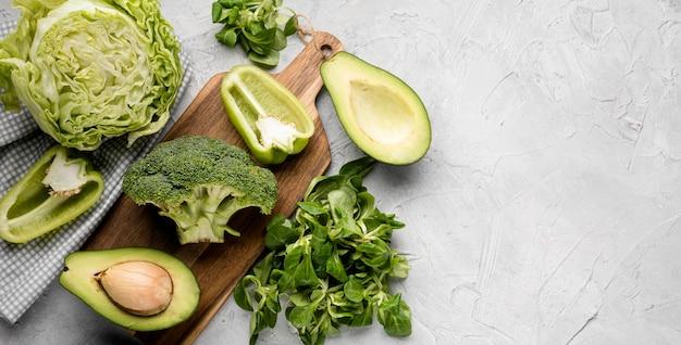 Varios vegetales verdes y aguacate