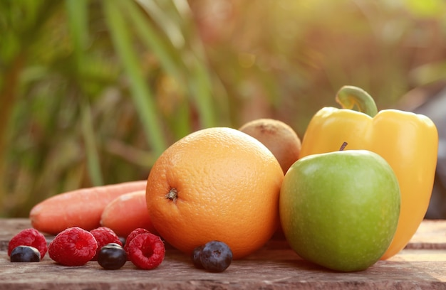 Varios de vitaminas de frutas para una alimentación saludable.