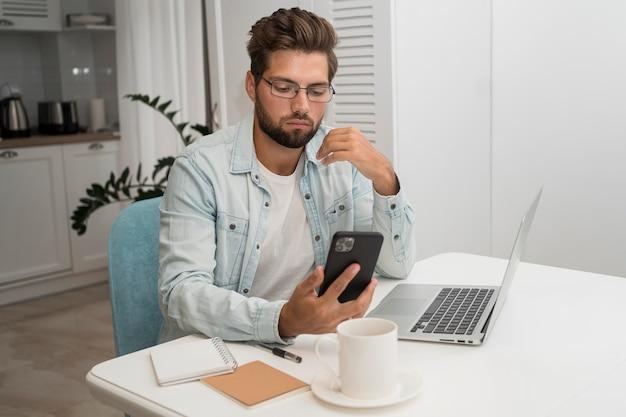 Varón adulto casual trabajando desde casa