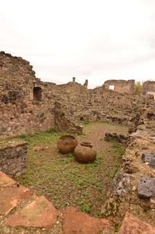 Vasijas de cerámica antiguas encontradas en las ruinas de un edificio en pompeya, italia.