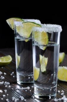 Vasitos de chupito de tequila con lima