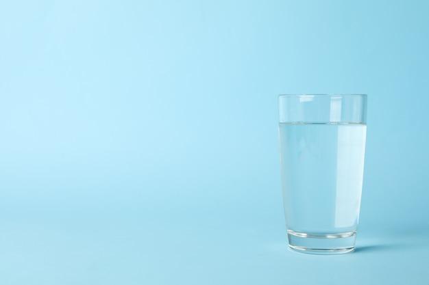 Vaso de agua en azul, espacio para texto