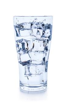 Vaso de agua con cubitos de hielo aislado sobre superficie blanca