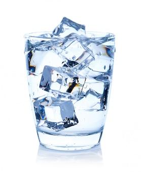 Vaso de agua con cubitos de hielo aislados en blanco