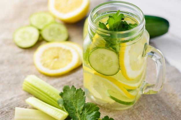 Vaso de agua detox con limón, pepino y apio.