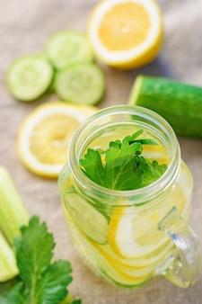 Vaso de agua detox con pepino, limón y apio.