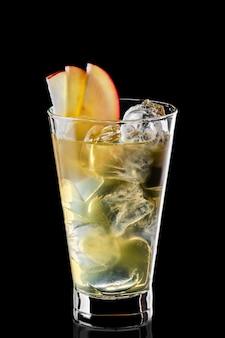Vaso de agua fría con cubitos de hielo y jarabe de manzana aislado