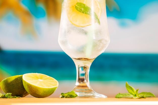 Vaso de agua fría de limón con hielo.
