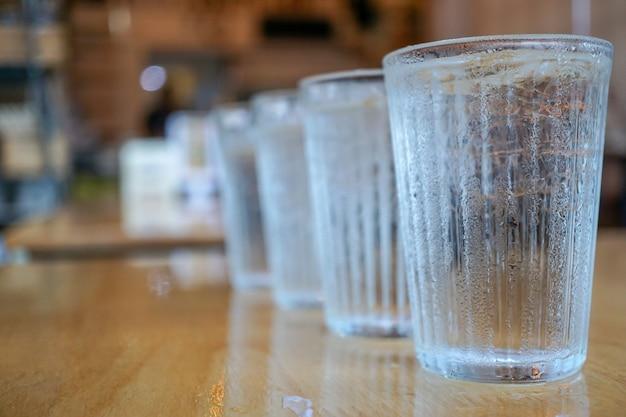 El vaso de agua fría en la parte delantera es más claro que el dorso, concepto creativo.