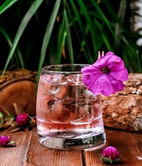 Vaso de agua helada sobre la mesa