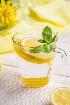 Vaso de agua con limón y menta.